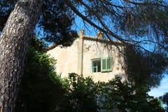 Casa branca velha com a janela com os obturadores verdes em Saint Tropez imagens de stock royalty free