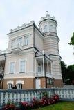 Casa brilhante bonita no centro de cidade de Druskinikai imagem de stock