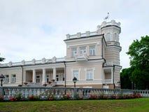 Casa brilhante bonita no centro de cidade de Druskinikai foto de stock royalty free