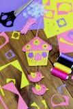 Casa brillante hecha a mano con las flores y los pájaros hechos del fieltro Decoración hermosa de la pared, materiales de costura Fotografía de archivo libre de regalías