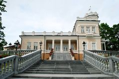 Casa brillante hermosa en centro de ciudad de Druskinikai fotografía de archivo