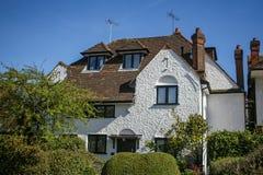 Casa britânica tradicional em uma manhã ensolarada da mola fotografia de stock royalty free
