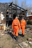 Casa bruciata con i poliziotti Immagine Stock