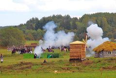 Casa Burning Supporto dei soldati sul campo di battaglia Fotografia Stock Libera da Diritti