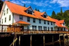 Casa cênico perto da água e das montanhas Fotografia de Stock Royalty Free