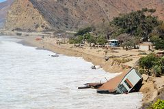 A casa cai no oceano após ondas grandes Fotografia de Stock Royalty Free