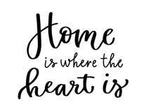 A casa caligráfica da inscrição é o lugar onde o coração é onde o coração está Rotulação no preto ilustração stock