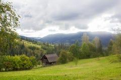 Casa carpathians O azul nubla-se a clareira verde Fotos de Stock Royalty Free