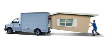 Casa casera que abarrota de la lucha del hombre en la furgoneta móvil del camión encendido en movimiento del día Foto de archivo libre de regalías