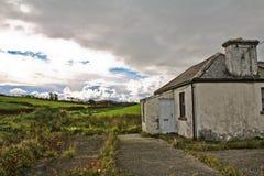 Casa cerca abandonada de la tormenta imagenes de archivo