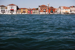 Casa cerca del agua en Venecia imagen de archivo