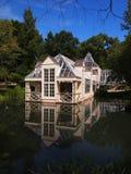 Casa cerca del agua; igualación Fotografía de archivo