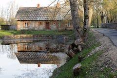 Casa cerca del lago Fotos de archivo