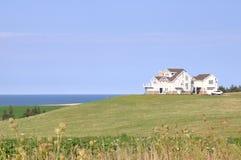 Casa cerca del océano Fotografía de archivo libre de regalías