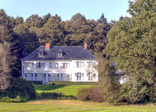 Casa cercada por árvores Fotos de Stock Royalty Free