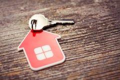 Casa chave e vermelha Imagens de Stock Royalty Free
