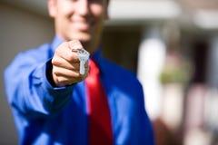 Casa: Chaves de Handing Over Home do agente Imagem de Stock Royalty Free