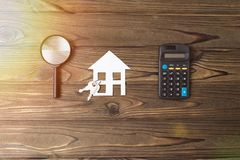 Casa, chaves, lente de aumento, calculadora imagem de stock royalty free