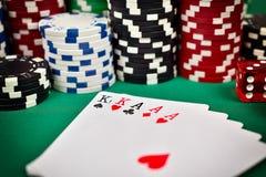 Casa cheia e microplaquetas de póquer Foto de Stock