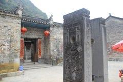 Casa china con las banderas de la linterna roja y del Año Nuevo Imagenes de archivo