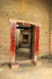 Casa china con las banderas rojas del Año Nuevo Fotos de archivo libres de regalías