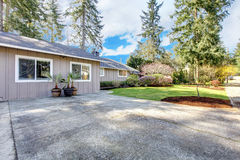Casa cinzenta de Brown exterior com grande entrada de automóveis. imagens de stock royalty free