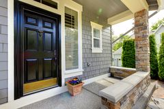 Casa cinzenta exterior com porta preta. Foto de Stock Royalty Free