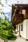 Casa clásica alpina maravillosa Fotos de archivo libres de regalías