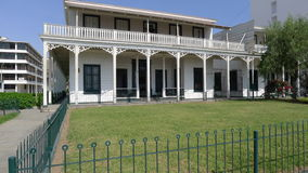 Casa clásica exterior y manera peatonal en Ancon Fotografía de archivo