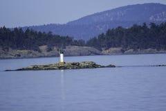 Casa clara no meio do oceano fotografia de stock royalty free