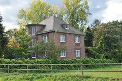 Casa classica circondata dagli alberi Fotografie Stock Libere da Diritti