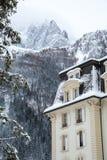 Casa coberto de neve nas montanhas fotos de stock