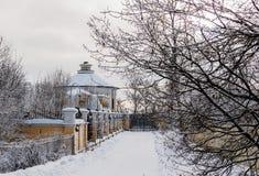 Casa coberto de neve no país Imagem de Stock Royalty Free