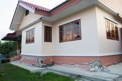 casa collaped parcialmente desmoronada após a destruição Imagens de Stock Royalty Free