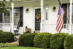 Casa colonial branca com bandeira americana Foto de Stock