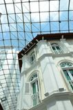 Casa colonial britânica com semi franja Windows do círculo Foto de Stock Royalty Free