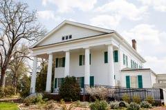 Casa colonial clássica com a rampa moderna da desvantagem Imagem de Stock