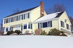 Casa colonial del estilo en invierno Foto de archivo libre de regalías