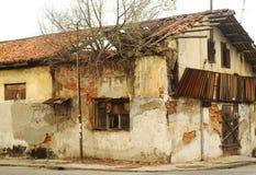 Casa colonial velha abandonada Imagem de Stock Royalty Free