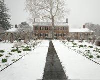 Casa coloniale di era in neve Fotografie Stock Libere da Diritti