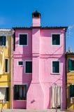 Casa coloreada clásica en la laguna de Venecia Foto de archivo libre de regalías