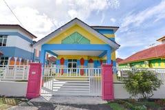 Casa colorida, color violeta de la casa de madera imagenes de archivo