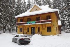 Casa colorida da guarda florestal nas montanhas imagens de stock royalty free