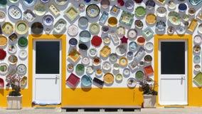 Casa colorida de la cerámica en Sagres, Portugal fotos de archivo