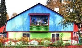 Casa colorida y alegre con un balcón Fotografía de archivo libre de regalías