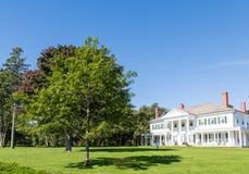 Casa Columned branca no gramado verde em Canadá Imagens de Stock Royalty Free