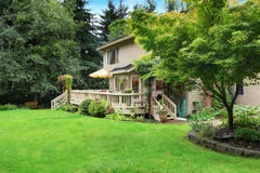 Casa com área da plataforma e do pátio do abandono nela Imagens de Stock Royalty Free