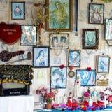 Casa com altar e imagens cristãos de Jesus, casa do Fijian com fotos e esculturas religiosas de Saint fotos de stock