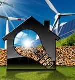Casa com ampola e recursos renováveis Foto de Stock Royalty Free