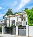 Casa com apartamentos Imagem de Stock Royalty Free